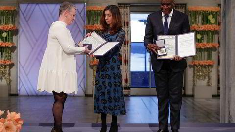 Nadia Murad og Denis Mukwege mottar Nobels fredspris i Oslo rådhus mandag. Prisen blir overrakt av Berit Reiss-Andersen, leder av Nobelkomiteen.