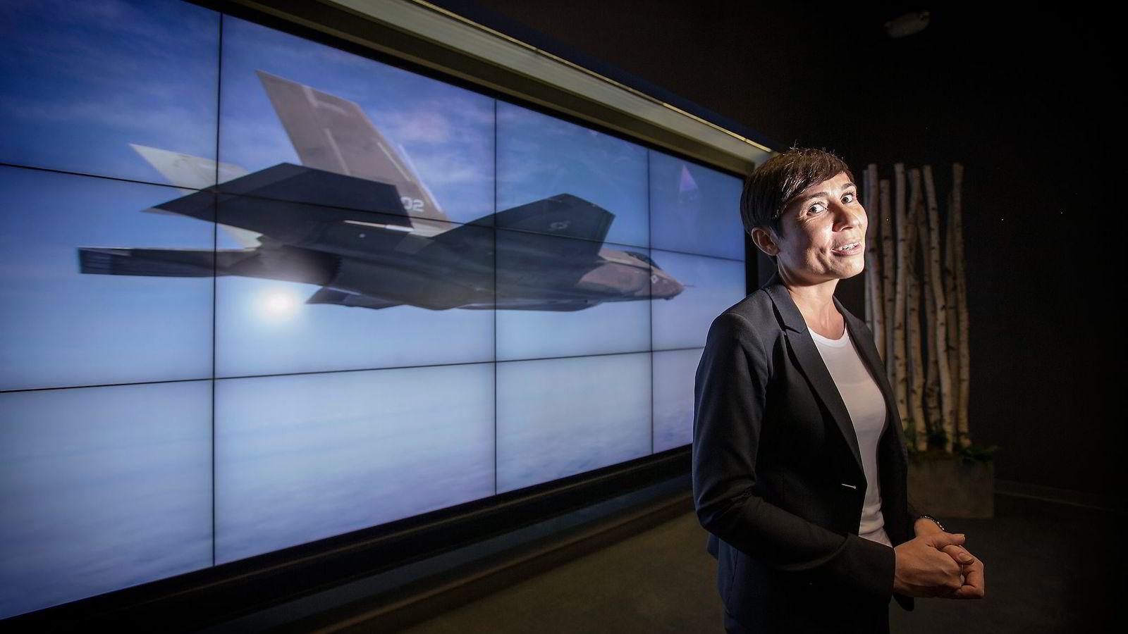 Høy dollarkurs kan bli en kraftig utfordring for forsvarsminister Ine Marie Eriksen Søreide, her under en omvisning på Lockheed Martins flyfabrikk i Fort Worth i USA. Foto: Ørjan F. Ellingvåg