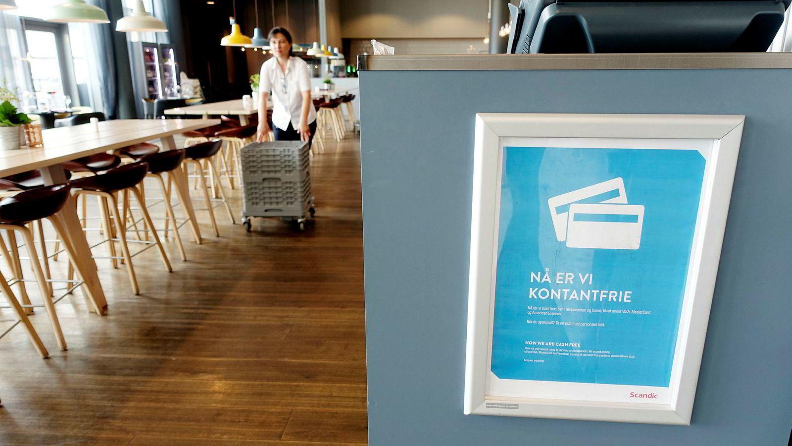 På Scandic Kristiansand Bystranda er restauranten kontantfri. Stadig flere hoteller og restauranter blir nå kontantfrie samtidig som det er ulovlig å nekte å ta imot kontanter.