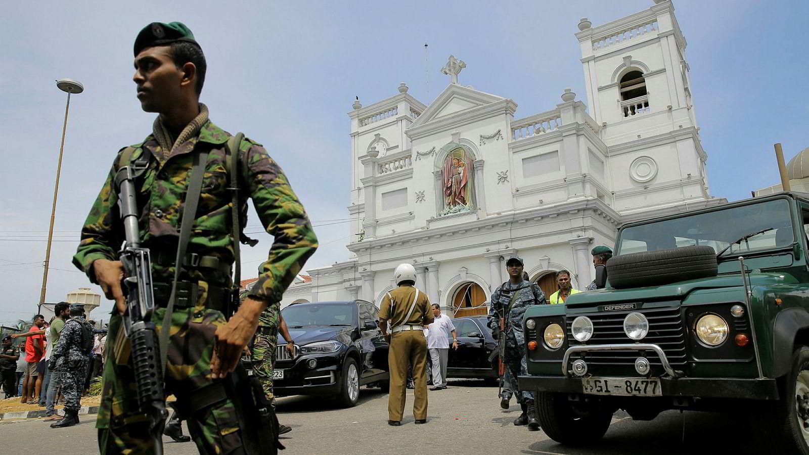 Soldater ble satt til å vokte åstedene for søndagens bombeangrep, som her i en av kirkene som ble rammet.