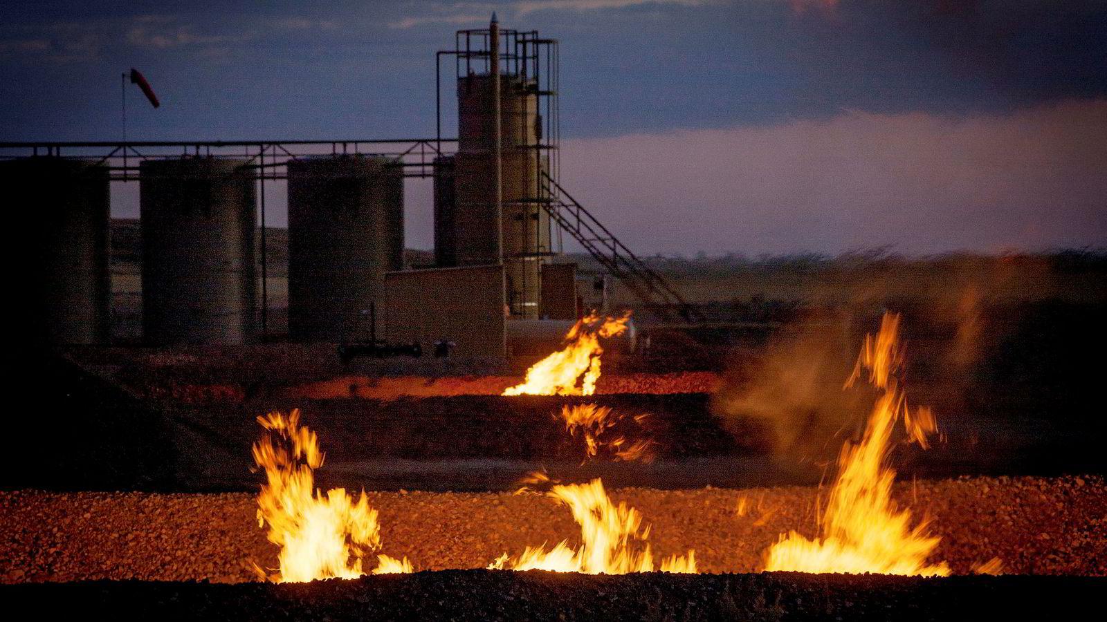 Gassflammene lyser opp som tusener av sankthansbål rundt oljeboom-byen Williston i Nord-Dakota.