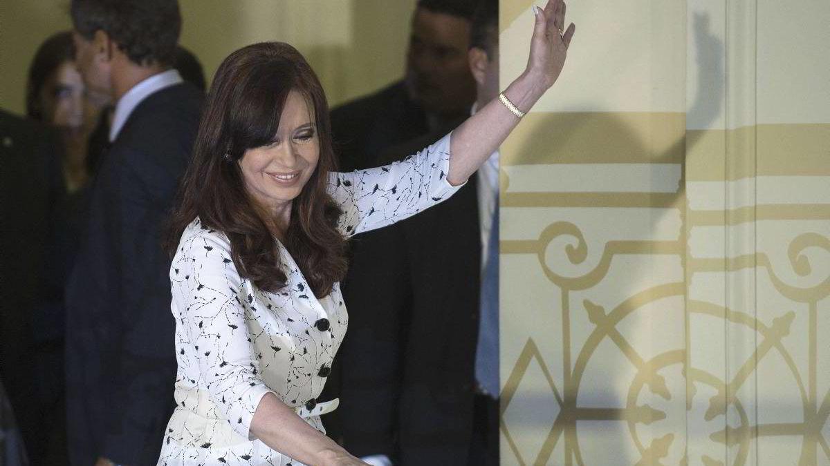 Argentinas president Cristina Fernandez de Kirchner viste seg offentlig og talte til nasjonen for første gang på nærmere seks uker torsdag, uten å nevne et ord om den skakkjørte økonomien. Samme døgn raste argentinske peso nær femten prosent mot dollar.