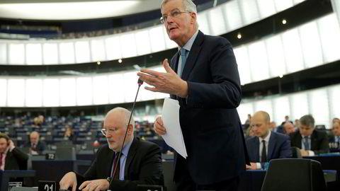 EUs sjefforhandler Michel Barnier har alt forhandlet med britene i over to år. Han åpner døren på gløtt for fortsatte forhandlinger, hvis det britiske parlamentet har noe å tilby i retur. Her fra onsdagens brexit-debatt i Europaparlamentet. Sittende Frans Timmermanns, visepresidenten i Europaparlamentet.