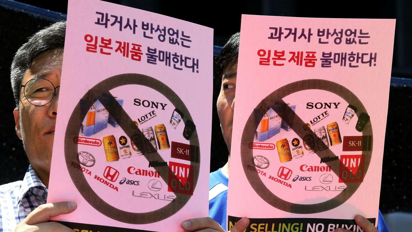 Japan har innført eksportrestriksjoner mot Sør-Korea. Sørkoreanske forbrukere og næringsliv har svart med demonstrasjoner og oppfordring til boikott av amerikanske produkter, blant annet i Seoul på mandag. Konflikten  kan ramme en allerede svært sårbar verdensøkonomi.