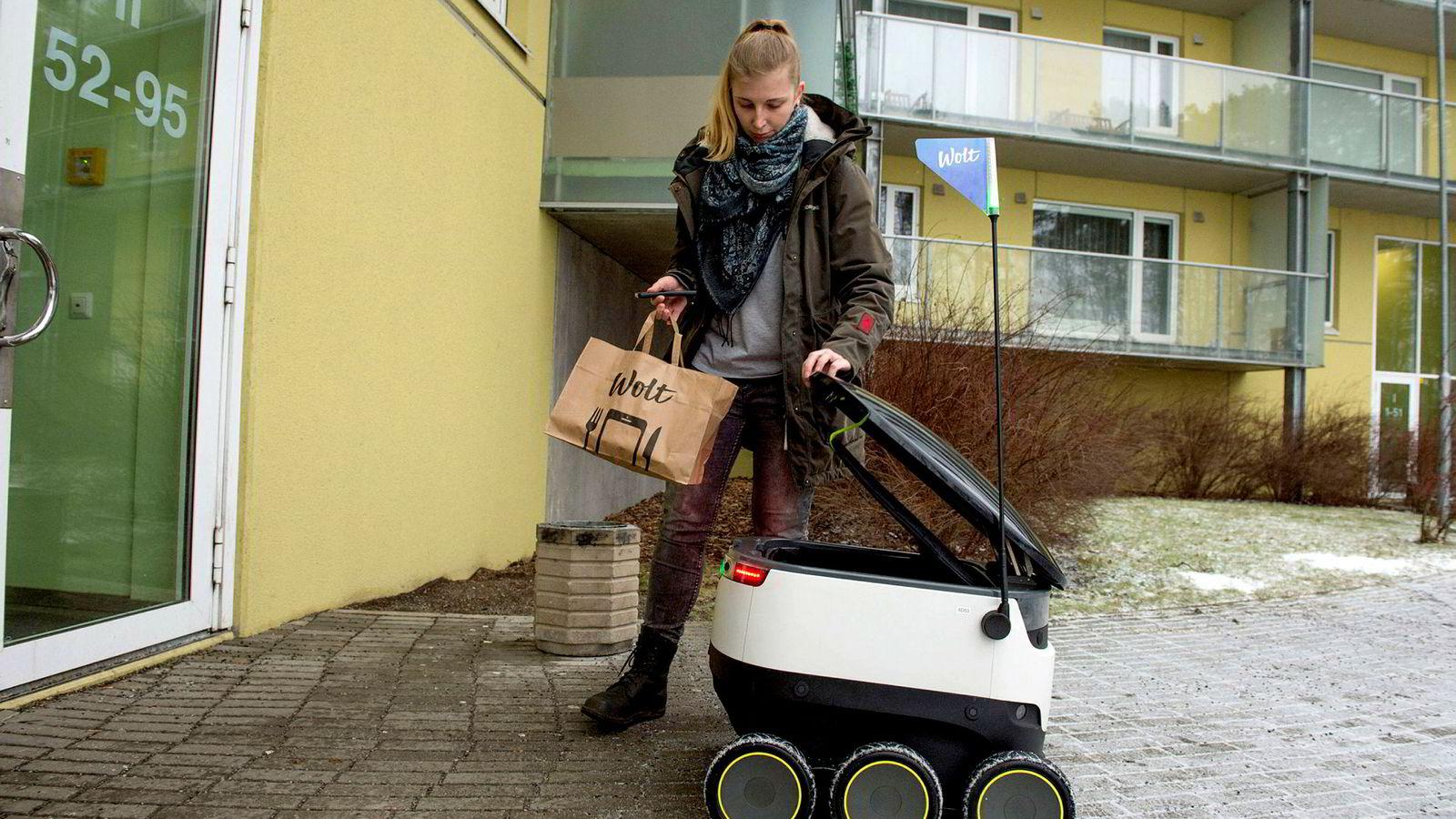 Bare det siste året har vi vært vitne til spredningen av teknologi som Doordash, som er små, førerløse kjøretøy fra Starship Technologies, som erstatter bud som bringer mat fra restauranter, sier forfatteren. Her blir det levert mat fra en restaurant i Tallinn.