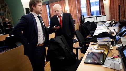 Kåre Nilsens forsvarer Odd Rune Torstrup (til høyre) vil ha sin klient frikjent. Til venstre, forsvarer Kristoffer Våland Lerum. Foto: Tomas Alf Larsen