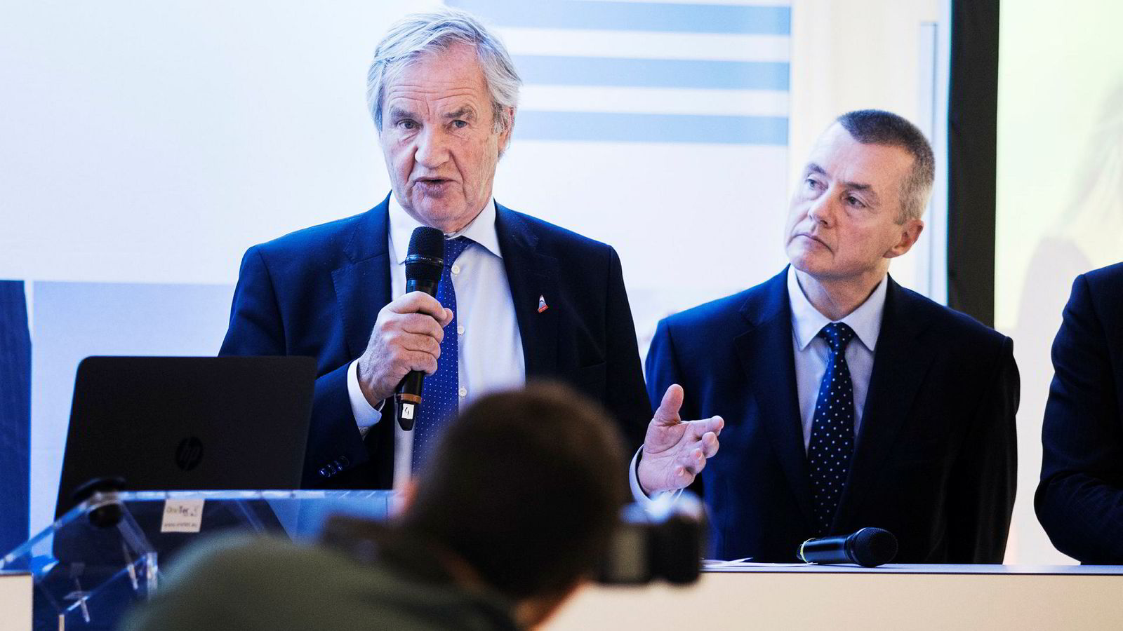 IAG-sjef Willie Walsh (til høyre) står blant annet bak British Airways og har forsøkt å legge inn bud på Norwegian, men er avvist. Her med Norwegian-sjef Bjørn Kjos under et luftfartsmøte i mars i fjor.