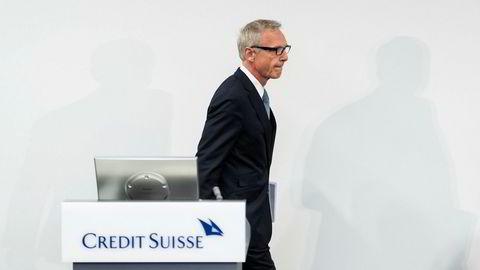 Credit Suisse-styreleder Urs Rohner på vei inn til en hastig innkalt pressekonferanse i Zürich tirsdag. Der sa han blant annet at banken var kjent med dødsfallet til sikkerhetskonsulenten og uttrykte sine dypeste kondolanser.