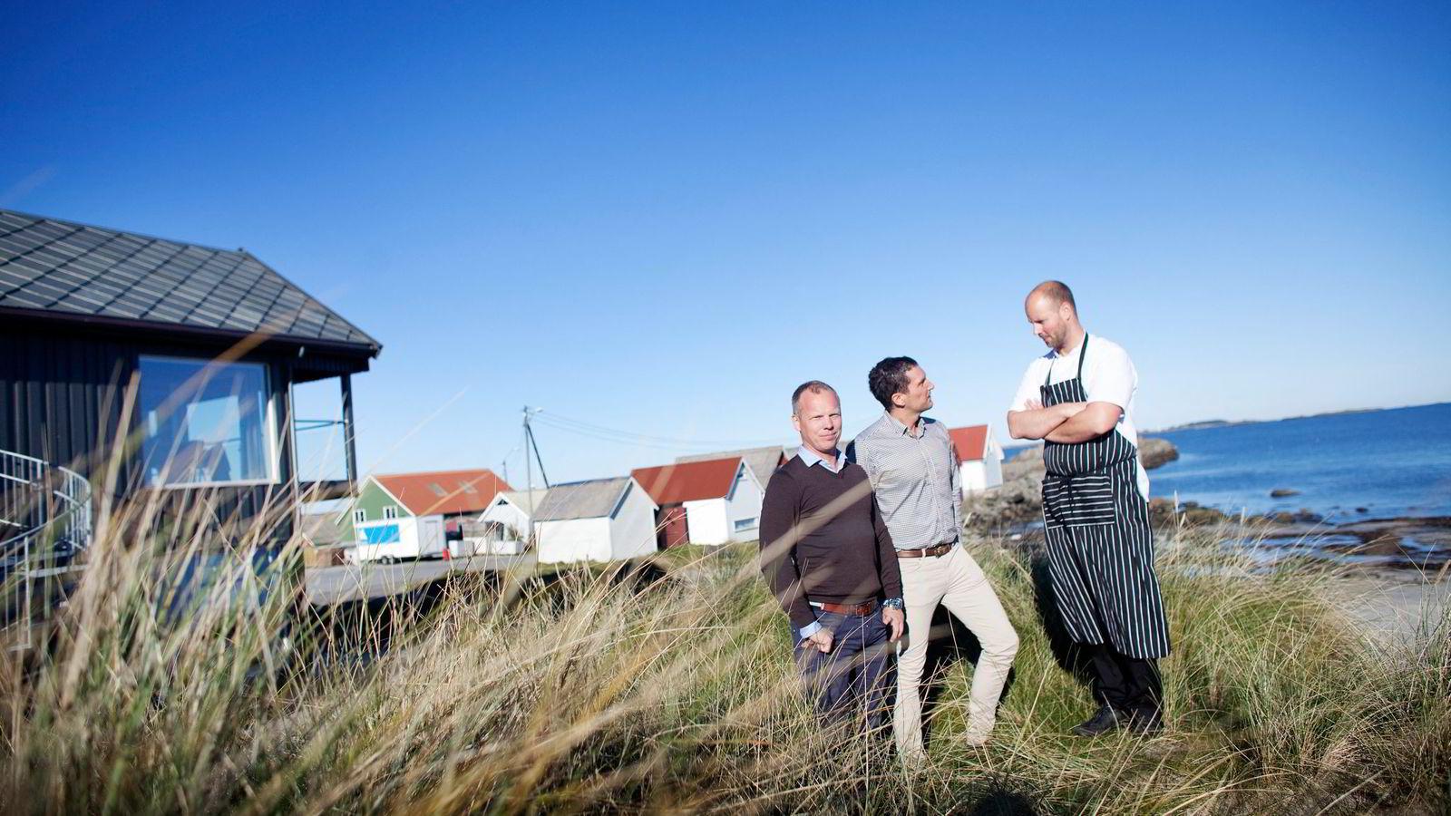 Eier Christian Waage (fra venstre) står i sanddynene ved Ølberg Strandhus sammen med daglig leder Raymond Helland og nyansatt kjøkkensjef Andreas Myhrvold. Nordsjøen skvalper et par meter fra husveggen. Begge foto: Tomas Larsen