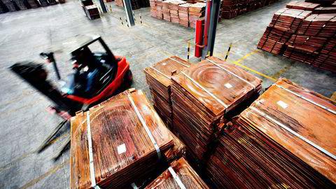 Kobberprisene stiger igjen. Kina importerer årlig rundt 800 millioner tonn kobber, og er verdens største kobbermarked. Her fra et kobberlager i Shanghai. Foto: Carlos Barria, Reuters/NTB Scanpix