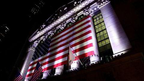 Avbildet er et amerikansk flagg hengende over New York-børsen i USA.