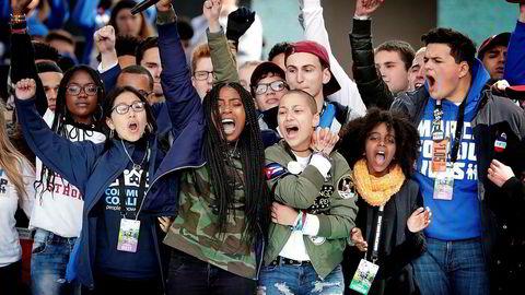 18-årige Emma González (foran i grønn jakke) er blitt et symbol på ungdommens engasjement mot våpenlovene i USA. Her sammen med klassekamerater fra Marjory Stoneman Douglas High School i Parkland, Florida under demonstrasjonene i Washington i mars. 17 personer ble drept og 17 skadd da en 19-åring gikk berserk med skytevåpen på skolen i februar.