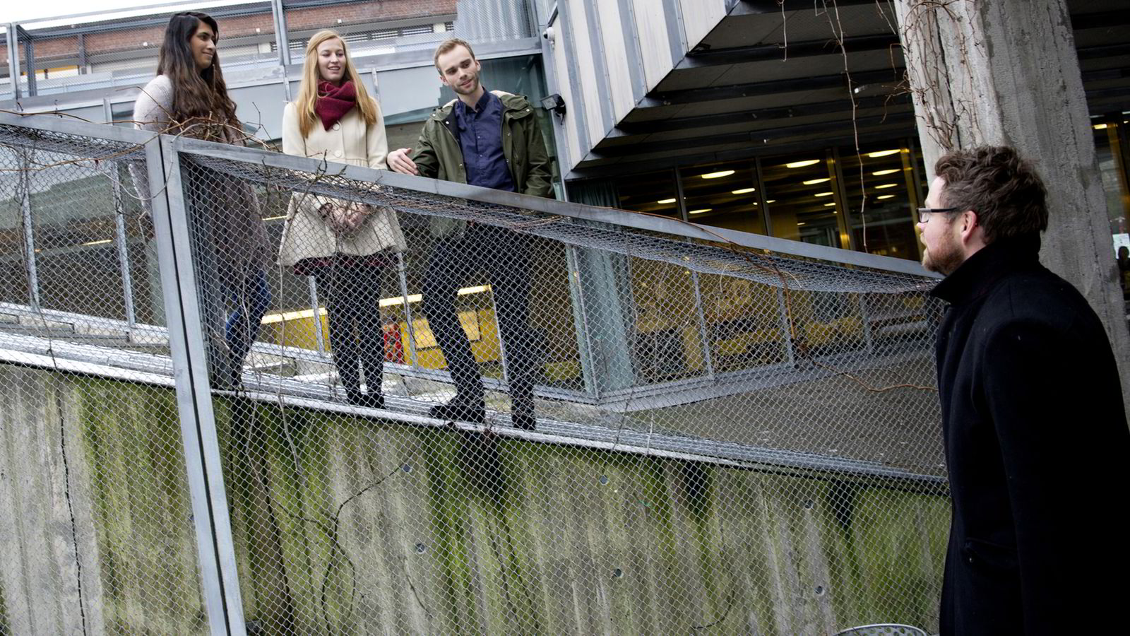 Arkitektstudentene bruker mest tid på studiene og er mest fornøyde. - Alle blir stilt krav til, sier AHO-student Um-Ul-Banin Syed (23), til venstre. Her snakker hun, barnehagelærerstudent Anette Myklemyr Magnussen (23) og tysk- og historiestudent Kjartan Hverven (23) med kunnskapsminister Torbjørn Røe Isaksen (37).