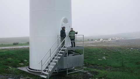 Lars Helge Helvig (til høyre), Norges største private utbygger, tjente over 300 millioner kroner på prosjekter i Norsk Vind Energi. Her i vindparken på Høg-Jæren sammen med Pål Selboe Valseth familiens investeringsselskap Valinor.