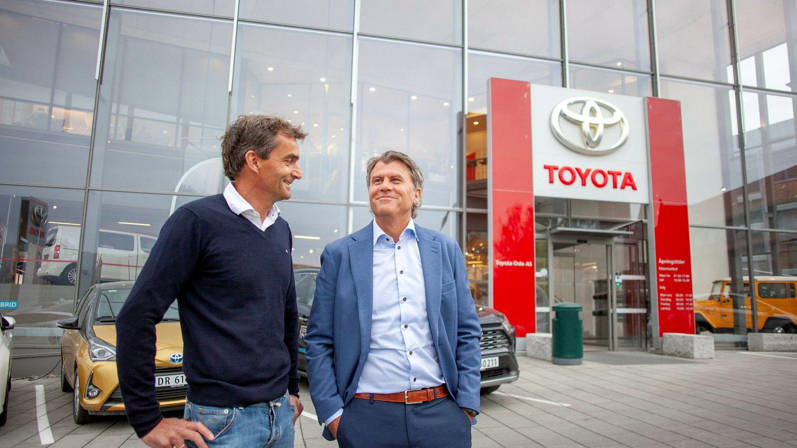 Bauda, Norges største Toyota-forhandlerkjede har levert gode tall tross mangel på elbil. Til venstre styreformann og eier Henrik Baumann sammen med konsernsjef Geir Guthus utenfor Baudas hovedkontor på Økern i Oslo.