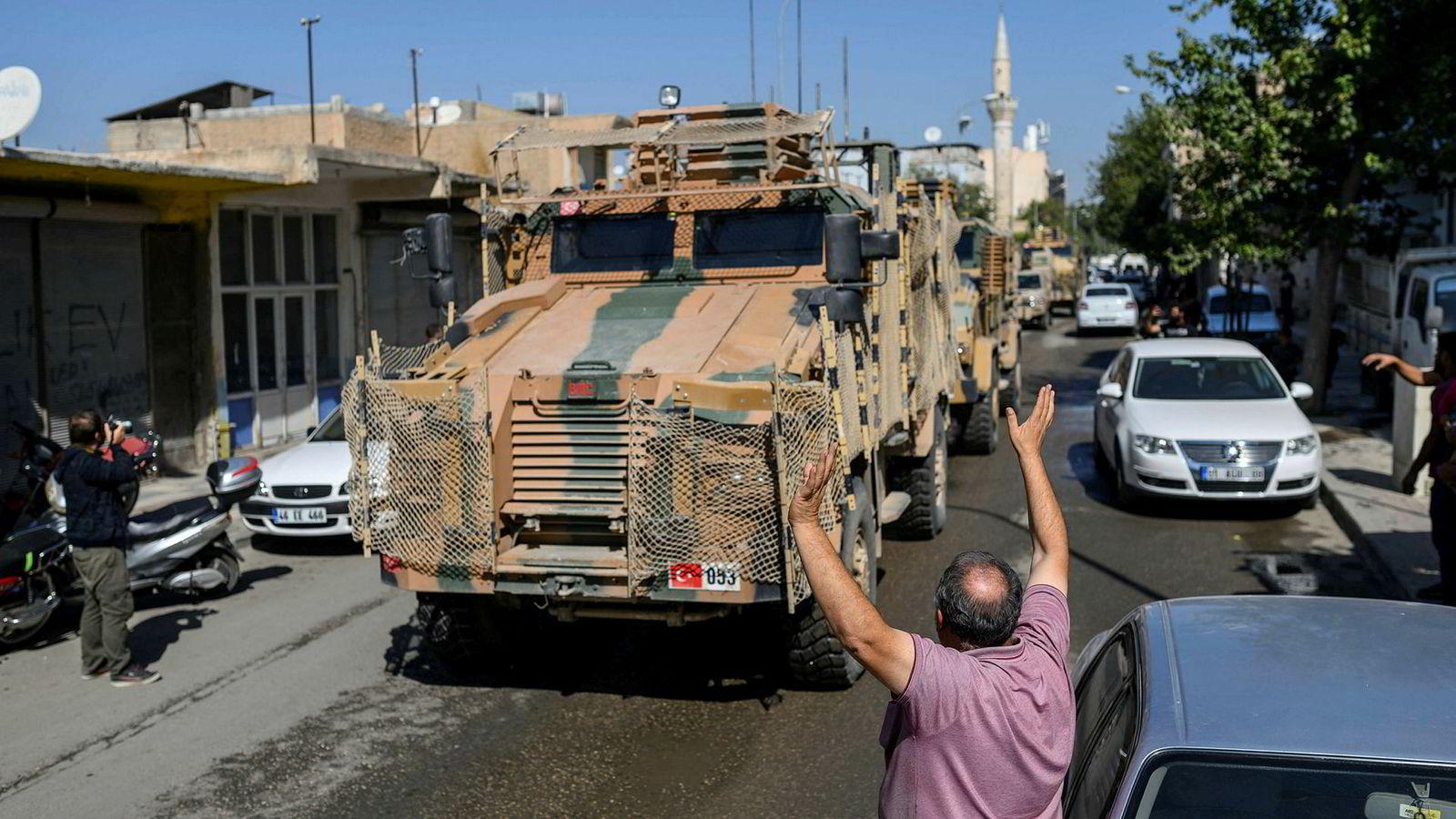 Tyrkiske militærstyrker krysser grensen til Syria ved Tell Abyad i Akcakale i Sanliurfa-provinsen. Til stor jubel fra tyrkiske innbyggere.