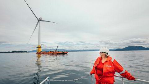 Med Hywind går Statoil foran med flytende turbiner. Dette åpner for å utnytte de rike vindressursene over dypt vann og gir tilgang til nye markeder, skriver artikkelforfatteren. Her statsminister Erna Solberg (H) på båttur for å få se Hywind-prosjektet på Stord.