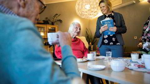 Eldre- og folkehelseminister Sylvi Listhaug (Frp) håper sykehjemskjøkken vil hjelpe flere eldre til å få i seg nok, næringsrik mat. I mars møtte hun Anni Danielsen og Nils Mørk på Hobøl Bo- og behandlingssenter.