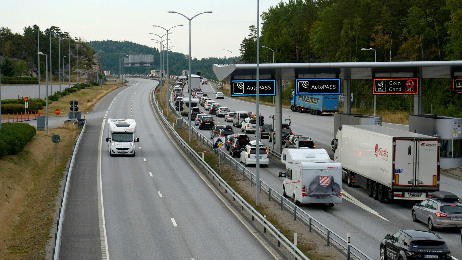 Svinesund kan bli bompengefri alt neste år. Men tollkøene som her sees på norsk side kan ingen love at forsvinner.