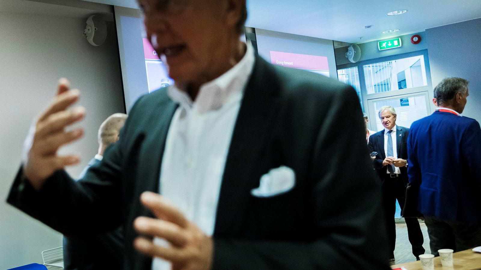 Tore Kjos er kritisk til at Norwegian-sjef Bjørn Kjos (i bakgrunnen) og styreleder Bjørn Kise (foran) ikke lykkes med å få solgt flyselskapet.