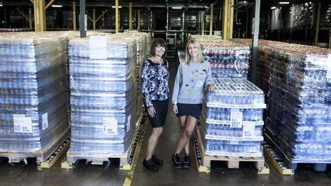 Som trainee ble Susanne Klevar (til høyre) fra Jar i Bærum tildelt ansvaret for en av Coca-Colas største norgeslanseringer i år. Hr-sjef Ellen Skaarnæs mener selskapet må tilby spennende oppgaver for å holde seg attraktivt som arbeidsgiver. Foto. Adrian Nielsen