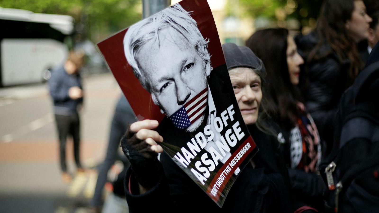 Assange-støttespillere demonstrerte onsdag utenfor domstolen i London hvor straffeutmålingen fant sted.