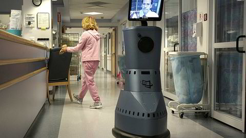 Lege Timothy Liesching er på vei nedover korridoren på Beverly Hospital via en «robot», men er fysisk på en annen klinikk. Foto: Boston Globe/Boston Globe via Getty Images