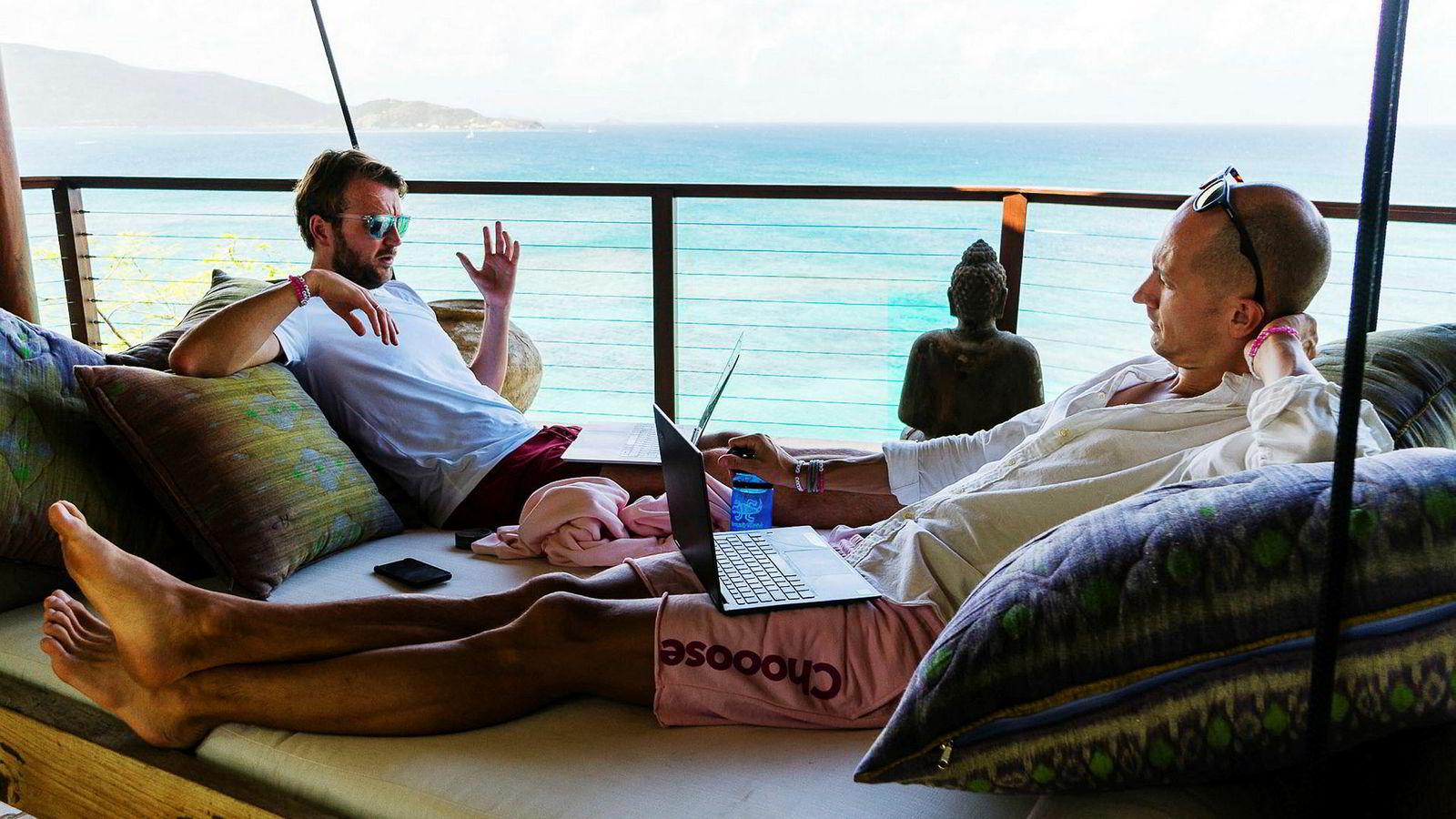 Karl-Axel Bauer og Andreas Slettvoll nyter arbeidslivsstilen på Sir Richard Bransons Necker Island