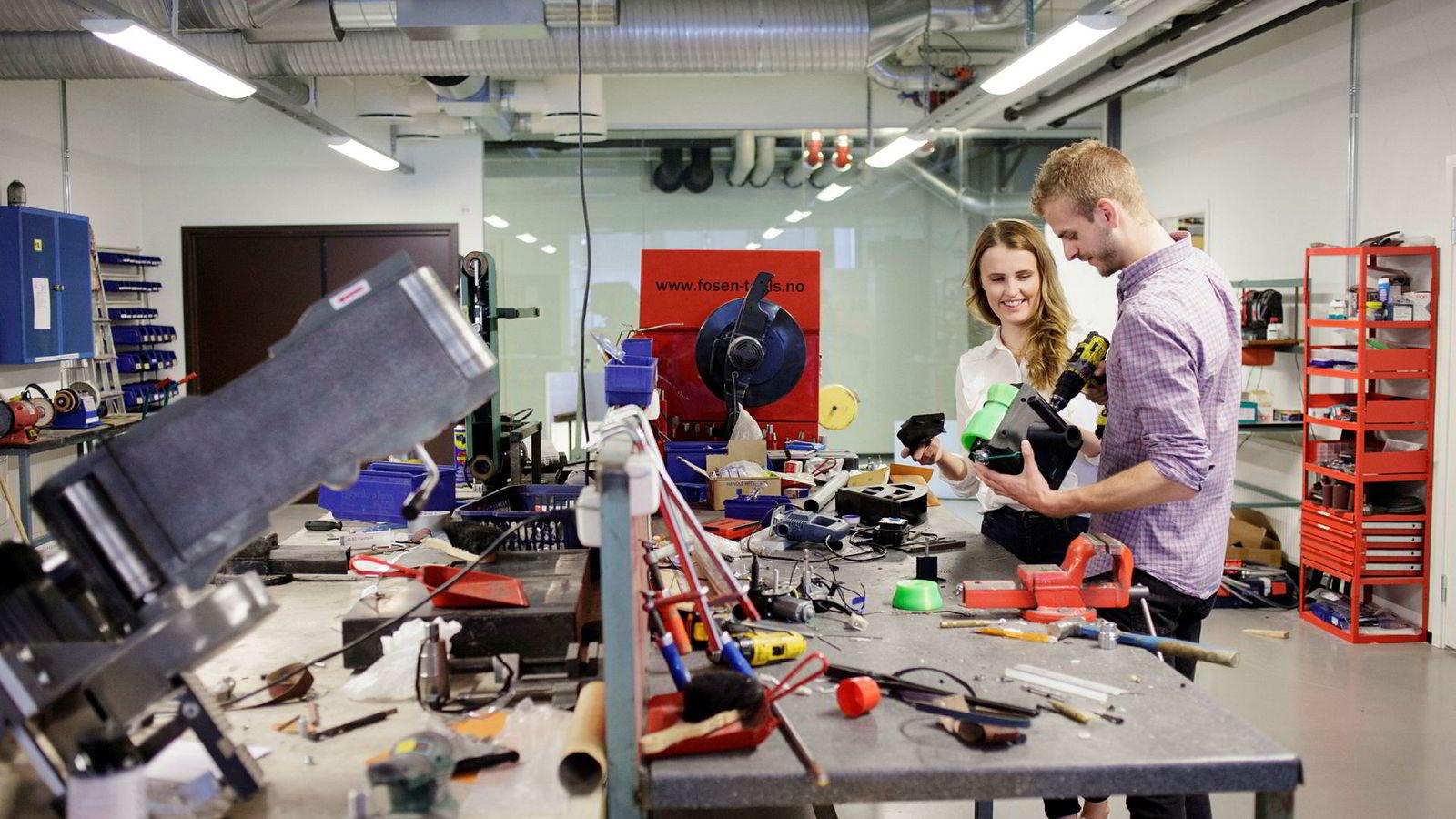 Marie Stensvoll og Sondre Wollum Hansen er nyutdannede ingeniørstudenter ved Høgskolen i Østfold. Skjæreverktøy de fant opp for bedriften Dynatec ga A på bacheloroppgaven.