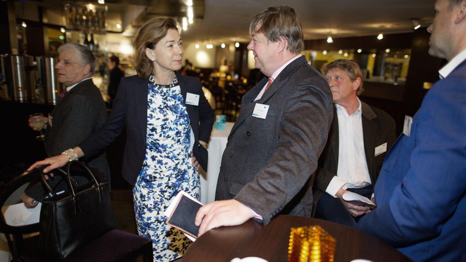 DNBs shippingbanksjef Kristin H. Holth               sammen med sjefen for Knutsen OAS Shipping Trygve Seglem under Rederiforbundets årskonferanse i Folketeateret. Foto: