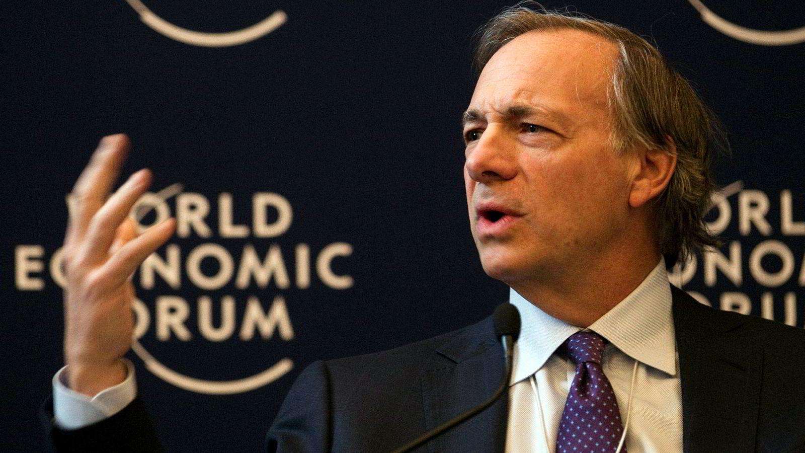 Ray Dalio har grunnlagt verdens største hedgefond og forvalter verdier for rundt 150 milliarder dollar. Han tror aksjemarkedet skal oppover. Her fra World Economic Forum i Davos et tidligere år.