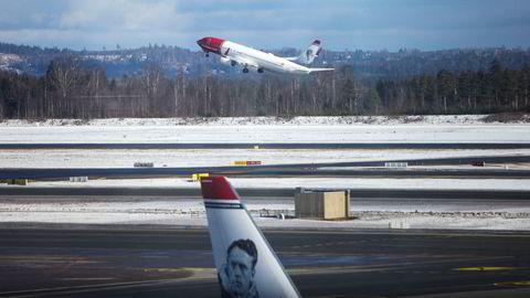 Norwegian kan gå tom for penger i vinter om det ikke får solgt fly videre til andre aktører eller eierne skyter inn friske penger igjen. Her fra Oslo lufthavn.