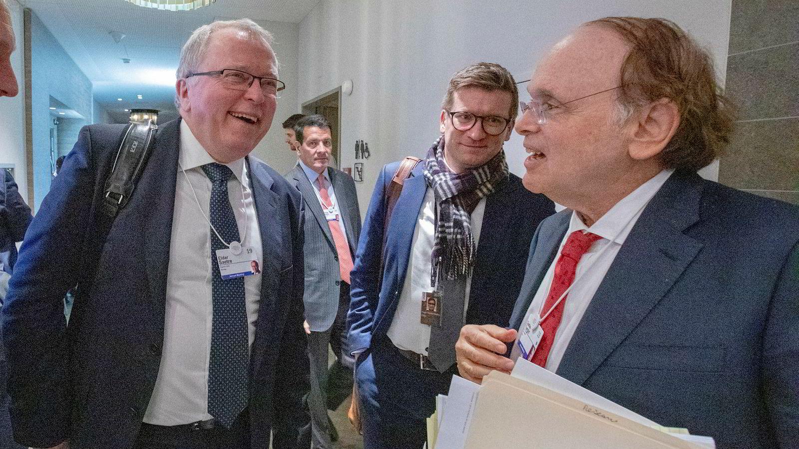 Equinor-sjef Eldar Sætre gikk rett i møte med analyseveteran Daniel Yergin (t.h) fra IHS Markit etter møtet med andre oljetoppsjefer på Ameron Hotel i Davos. I midten Sætres rådgiver Glenn Eide.