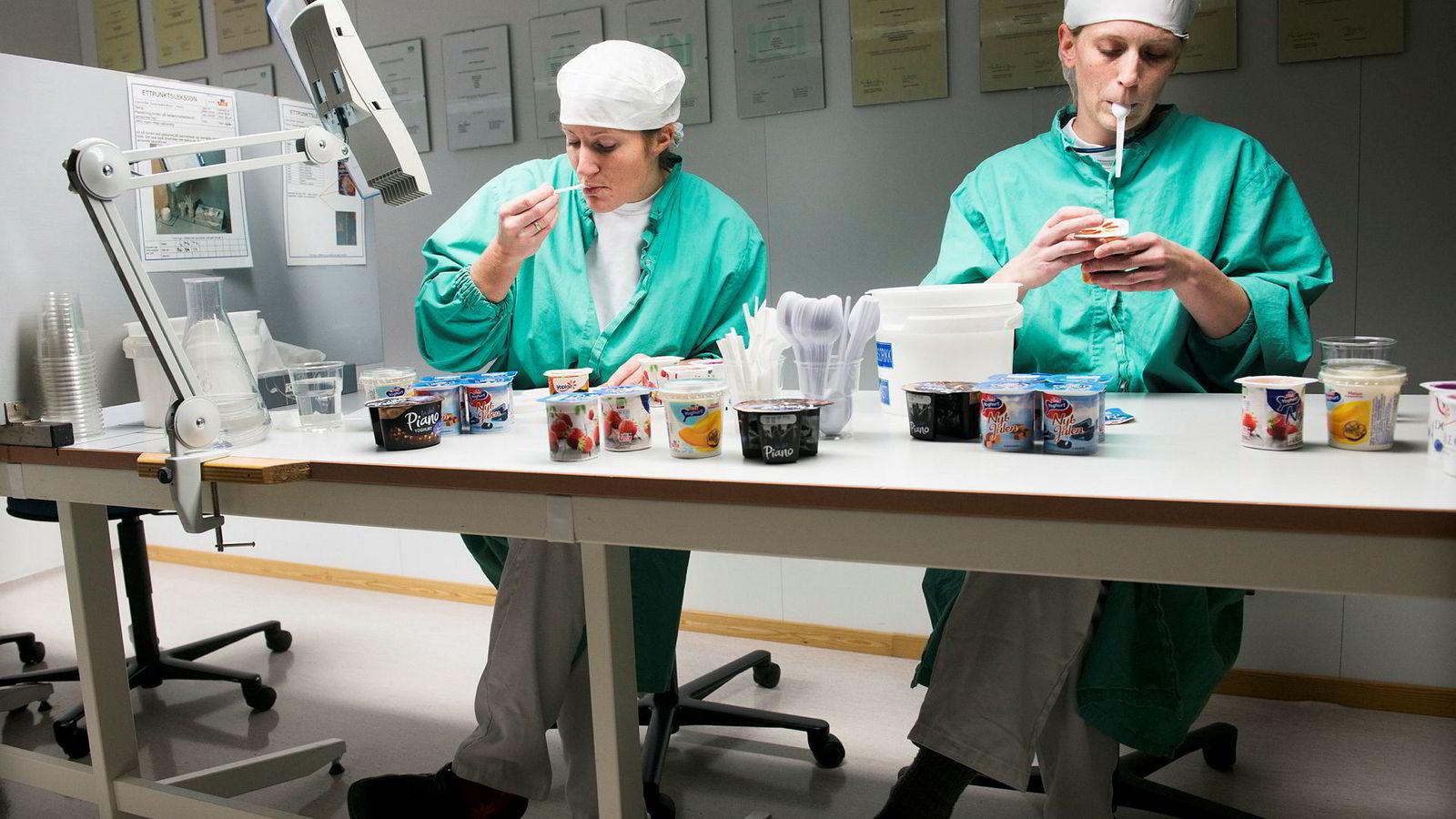 Tine skjerper inn innovasjonsarbeidet for å skape nye bestselgere i meierisektoren. Her på Tine-meieriet på Frya produseres yoghurt. Marte Skurdal (tv) og Anne Kristin Kjernlie.