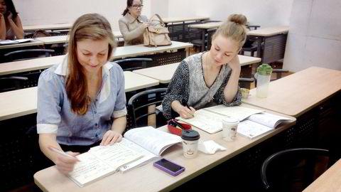 I LÆREMODUS. Tonje Kjellevold (til høyre) i klasserommet sammen med sin svenske medstudent Louise Granath. Foto: Privat