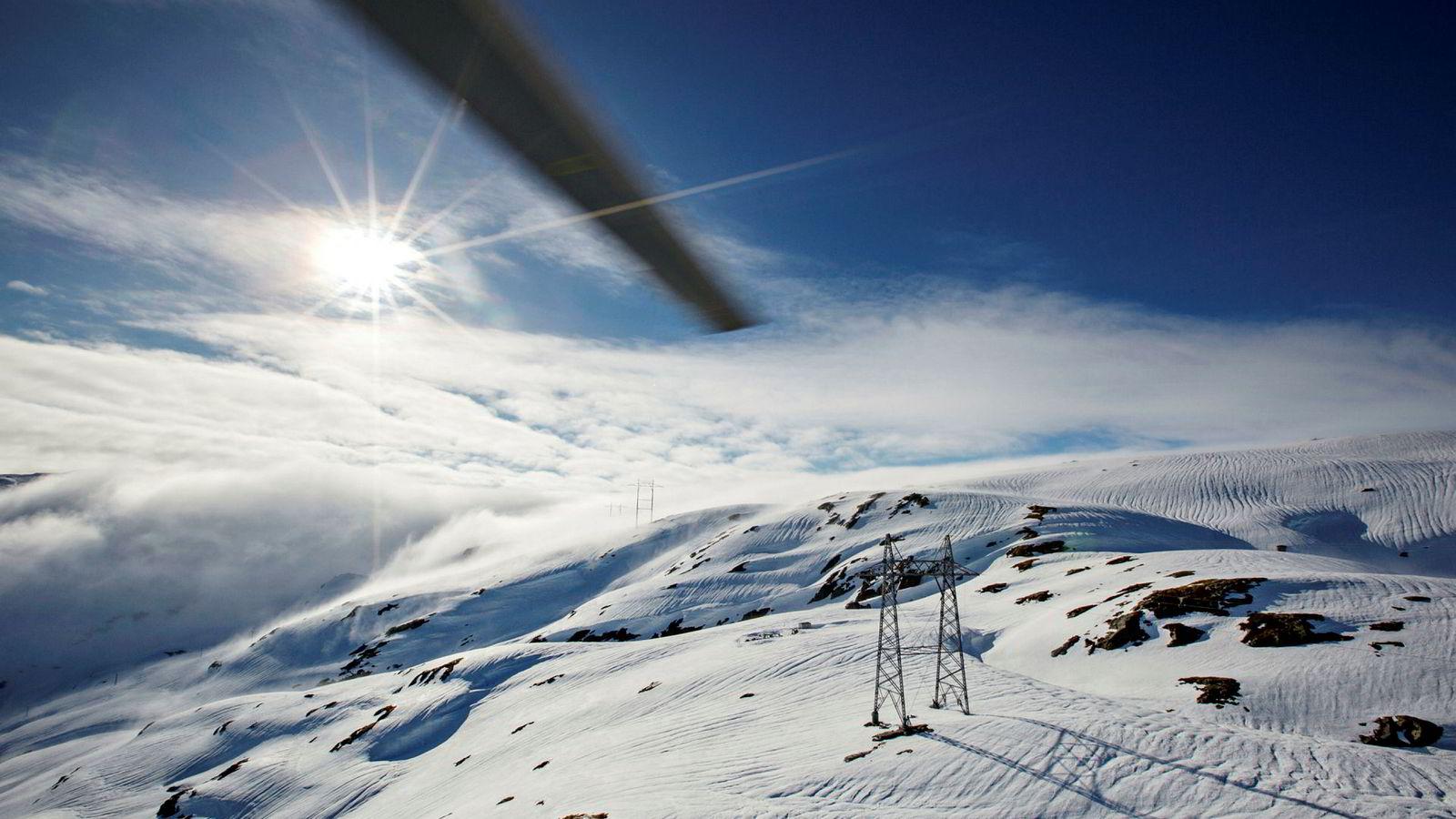 Når kulden setter inn blir utgiftene til strøm en større del av nordmenns forbruk. Her kraftmast på Hardangervidda.