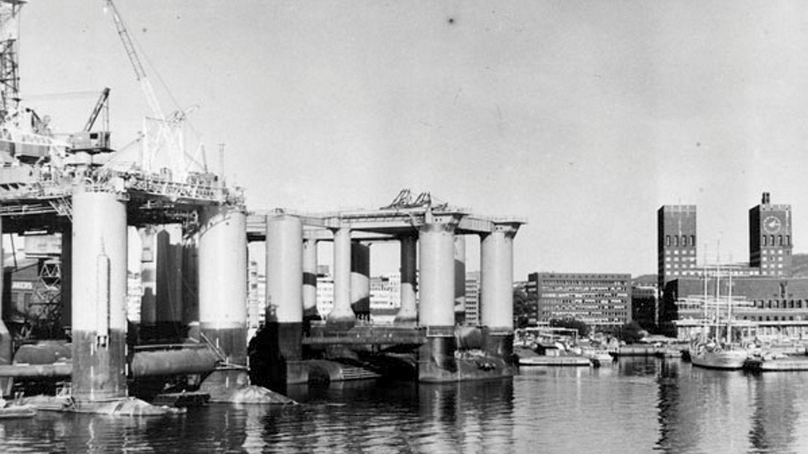 Grunnrentebeskatning, statlig direkte eie i oljefelt (nåværende Petoro), og etableringen av Statoil (nå Equinor) gjorde at inntektene til fellesskapet ble høye, og gjorde at det på 1980-tallet hadde mening å begynne planleggingen av et fond hvor inntektene skulle samles, etter at statsgjelden var nedbetalt, skriver artikkelforfatteren. Her fra konstruksjonen av oljeplattformer ved Aker mekaniske verksted i 1970.