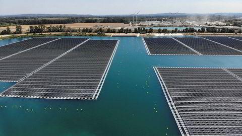 EU vurderer en kapitalrabatt for grønne lån, for å gjøre bankene mer villige til å låne ut penger til eksempelvis solenergiparker, her illustrert med O'Mega1 i sørlige Frankrike, eller grønne transportflåter. En vei kan være å la klimakvoter bli pant for banklån, skriver artikkelforfatterne.