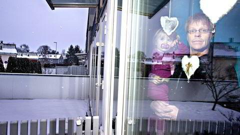 Terje Vilno i Utdanningsforbundet slakter lønnsforslaget fra Oslo Høyre. Her med datteren Vilma ved boligen på Årvoll i Oslo. Foto: Fredrik Solstad