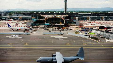 Et av Forsvarets Hercules-fly på Oslo lufthavn. Det er virksomheten til slike fly SAS, Norwegian og Widerøe mener koster dem flere millioner.