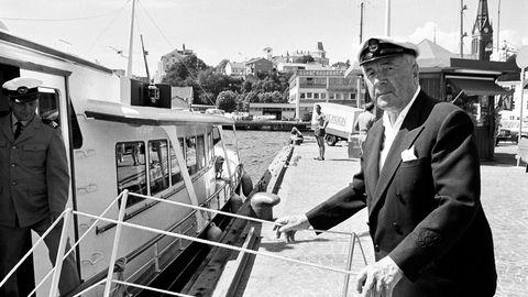 Skjulte skatter 1. Anders Jahre (1891–1982) var en av sin tids mest markante skipsredere og en foregangsmann i å modernisere norsk shipping. Det skulle vise seg at han også var pioner i å utnytte skatteparadisenes muligheter. Jahre døde før granskningen av virksomheten hans var fullført. Her er han på tur med yachten «Jacquelyne» i Arendal i 1973. Foto: Bjørn Reese/VG/NTB scanpix