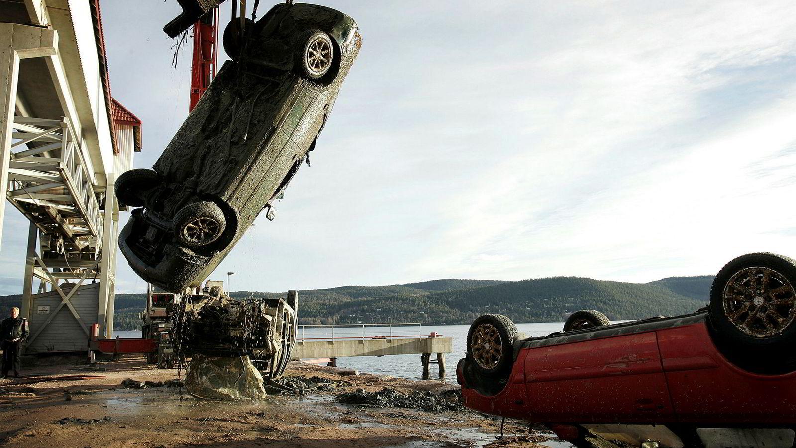 Det er mange måter å lure forsikringsselskapene på. Disse bilene ble funnet i Drammensfjorden, og kan være mulig forsikringssvindel.