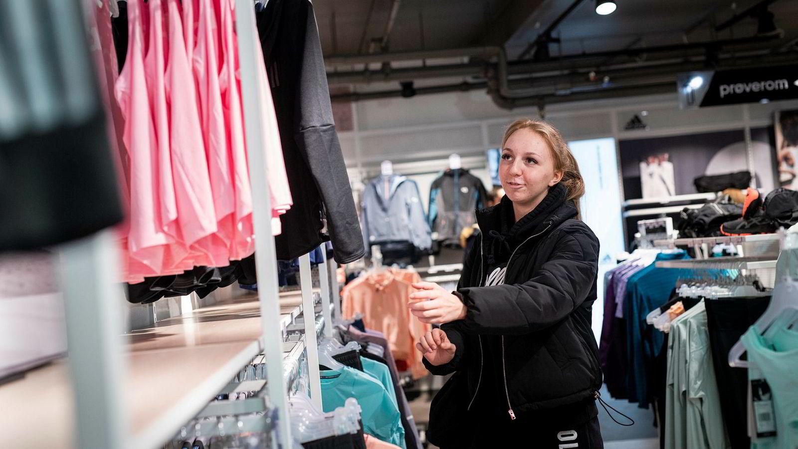 Oliwia Zuzanna Sydor jakter treningsklær på G-Sport i Oslo sentrum. Hvis prisen blir for drøy, velger hun heller et av outletkonseptene.
