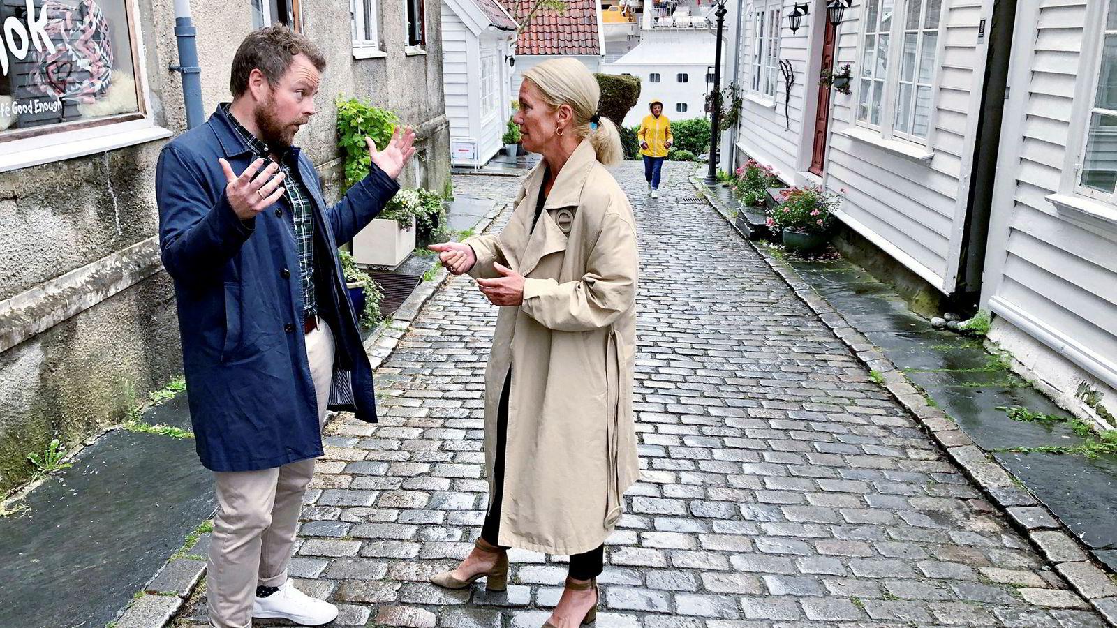 Næringsminister Torbjørn Røe Isaksen og Stavanger-ordfører Christine Sagen Helgø diskuterer effektene av cruiseturismen.