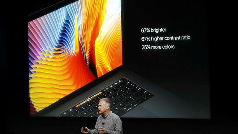 Enkelte modeller av Apples bærbare datamaskin MacBook Pro forbys av  den amerikanske luftfartsmyndigheten Federal Aviation Administration (FAA). Bildet er fra lanseringen av en helt ny MacBook Pro i oktober 2016.