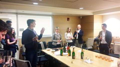 Som alltid var det kaker og champagne etter at komiteen har godkjent disputasen. Her holder veilederen min, Mikhail Lukin, tale for Georg Kucsko (til høyre) etter vel overstått disputas. Foto: Privat
