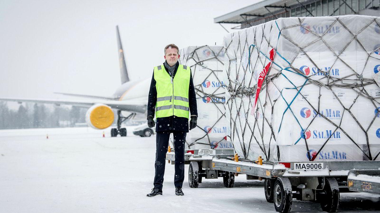 Leder Knut Eriksmoen i fraktselskapet Schenker har i flere år vært styreleder for en privat fisketerminal på Gardermoen, og mener statlige Avinor kan skvise ut konkurrentene ved å bygge for stor terminal selv.
