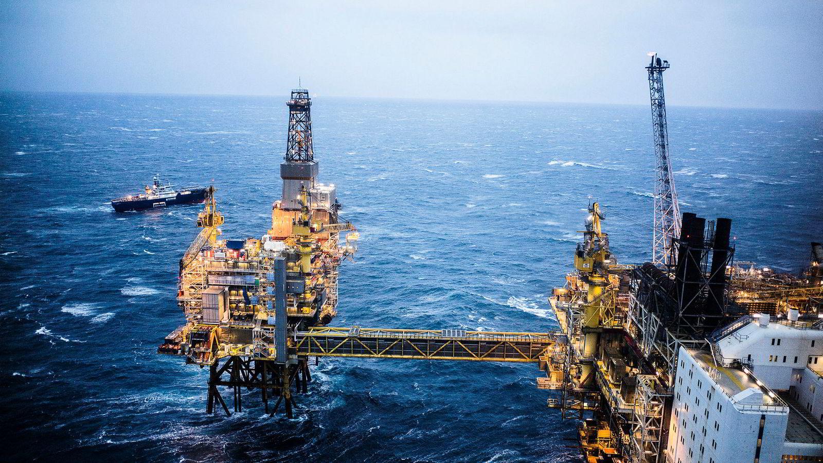 Selv om Equinor scorer best av de norske selskapene, trekker resten av verdikjeden i olje og gass scoren ned. Dårlig rapportering her passer også dårlig med et image om norsk olje og gass som en dynamisk og omstillingsrettet bransje, ledende på miljøvennlig produksjon, skriver artikkelforfatterne.