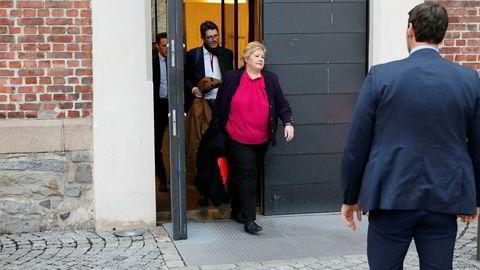 Statsminister Erna Solberg forlater pressekonferansen om siktelsen av justisministerens samboer.