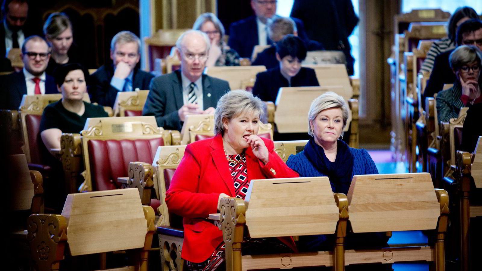 Finansminister Siv Jensen og statsminister Erna Solberg kan i dag motta en skatterapport som snakker mot regjeringens skattepolitikk. Foto: